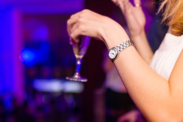 女性とお酒と悩み